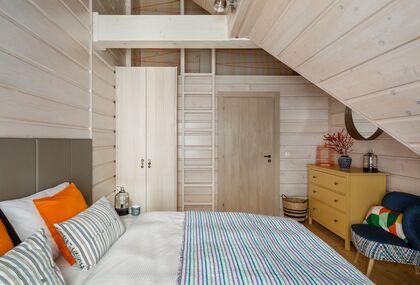 apartment 1050 West 1 Kościelisko 2 zamykana sypialnia z łóżkiem małżeńskim i wysoką antersolą.