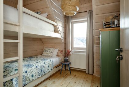 apartment 1050 West 1 Kościelisko 1 zamykana sypialnia z łóżkiem piętrowym.