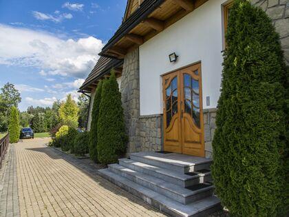 apartament Białka Garden 3 Białka Tatrzańska Wejście do budynku i parking oraz ogród w dali.