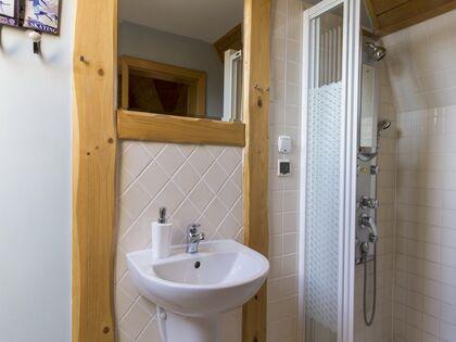 apartament Białka Garden 3 Białka Tatrzańska Łazienka z niską wanną oraz prysznicem.